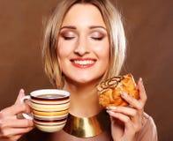 Junge Frau mit Kaffee und Plätzchen Lizenzfreies Stockbild