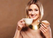Junge Frau mit Kaffee und Plätzchen Stockbild