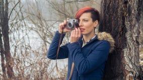 Junge Frau mit Kamera in der Natur Lizenzfreie Stockbilder