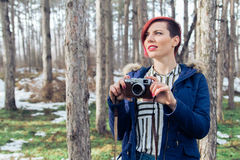 Junge Frau mit Kamera in der Natur Lizenzfreies Stockfoto