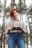 Junge Frau mit Kamera in der Natur Stockbild