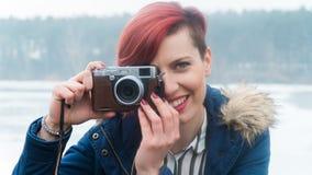 Junge Frau mit Kamera in der Natur Stockfotografie