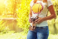 Junge Frau mit Kamera draußen Frau mit Retro- Kamera der Weinlese Lizenzfreie Stockfotografie