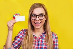 Junge Frau mit Karte und Flaggen von verschiedenen sprechenden Ländern Studioporträt der jungen schönen Studentin an lizenzfreie stockbilder