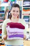 Junge Frau mit Kleidung Stockbild