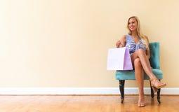 Junge Frau mit Kleineinkaufstaschen Stockfotografie