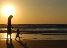 Junge Frau mit kleinem Kind Lizenzfreie Stockfotografie