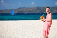 Junge Frau mit Kokosnuss Lizenzfreies Stockbild