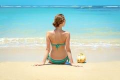 Junge Frau mit Kokosnuss auf dem Strand Lizenzfreies Stockbild