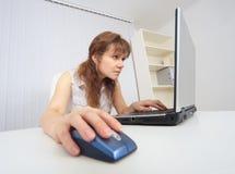 Junge Frau mit Konzentration arbeitet im Internet Stockfotografie