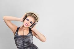 Junge Frau mit Kopfhörer Stockfotografie