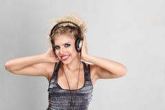 Junge Frau mit Kopfhörer Lizenzfreie Stockfotos