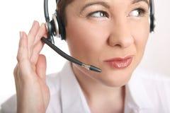 Junge Frau mit Kopfhörer hat die Probleme, zum des Anrufers zu verstehen Stockbild