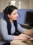 Junge Frau mit Kopfhörer und Mikrofon in der Diskussion mit cust Stockfotografie