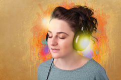 Junge Frau mit Kopfhörern hörend Musik Lizenzfreie Stockfotos