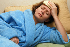 Junge Frau mit Kopfschmerzen lizenzfreie stockfotos