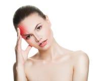 Junge Frau mit Kopfschmerzen lizenzfreies stockbild