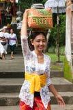 Junge Frau mit Korb auf dem Kopf Lizenzfreie Stockbilder