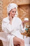 Junge Frau mit kosmetischer Sahne Lizenzfreie Stockbilder