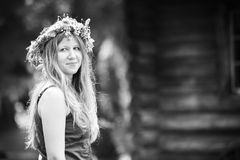 Junge Frau mit Kranz auf Kopf Stockfotos