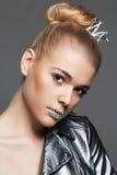 Junge Frau mit Kristallmake-up und -krone Stockfotos