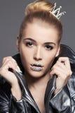 Junge Frau mit Kristallmake-up und -krone Stockfotografie