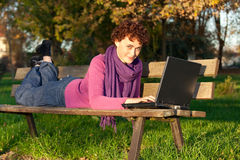 Junge Frau mit Laptop Lizenzfreie Stockfotografie