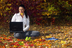Junge Frau mit Laptop Lizenzfreie Stockbilder