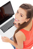 Junge Frau mit Laptop Lizenzfreie Stockfotos