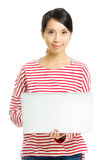 Junge Frau mit Laptop Lizenzfreies Stockfoto