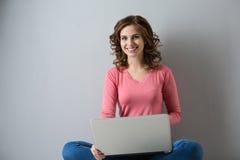 Junge Frau mit Laptop Stockfotos