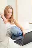 Junge Frau mit Laptop-Computer Lizenzfreie Stockfotos