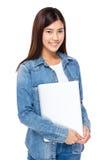 Junge Frau mit Laptop-Computer Stockfotos