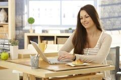 Junge Frau mit Laptop morgens Lizenzfreies Stockfoto