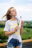 Junge Frau mit Lavendel stockfotos