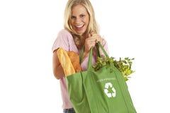 Junge Frau mit Lebensmittelgeschäften Stockfotografie