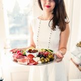 Junge Frau mit Lebensmittelservierplatte lizenzfreie stockfotos