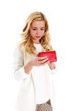 Junge Frau mit leerer Tasche, auf Weiß Stockfotos