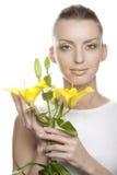 Junge Frau mit Lilienblumen Lizenzfreie Stockfotografie