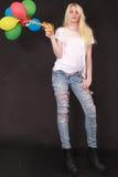 Junge Frau mit Luftballonen in der Hand Stockfoto