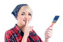 Junge Frau mit Malerpinsel Lizenzfreies Stockfoto