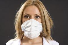 Junge Frau mit medizinischer Schablone Lizenzfreies Stockfoto