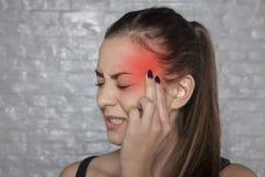 Junge Frau mit Migränekopfschmerzen stockbilder