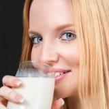 Junge Frau mit Milch Stockfotografie