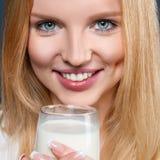 Junge Frau mit Milch Lizenzfreie Stockbilder