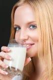 Junge Frau mit Milch Stockbilder