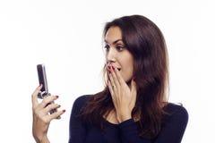 Junge Frau mit Mobile Stockfoto