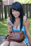Junge Frau mit Mobiltelefon Lizenzfreie Stockfotografie