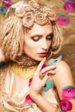Junge Frau mit Modemake-up auf Braun Stockfotografie