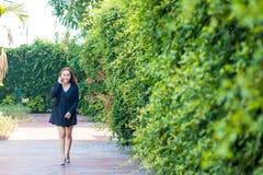 Junge Frau mit modernem Geschäft stockfoto
